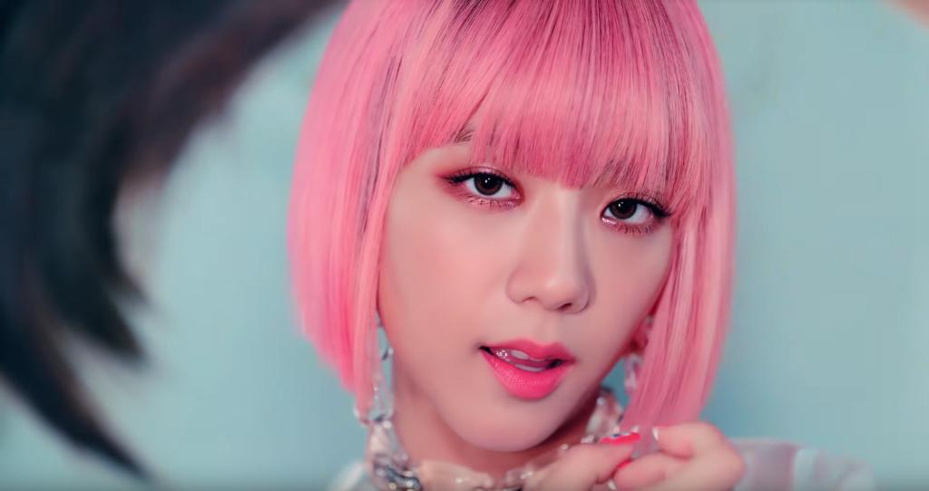Blackpink Jisoo from ddu du ddu du wearing a pink wig