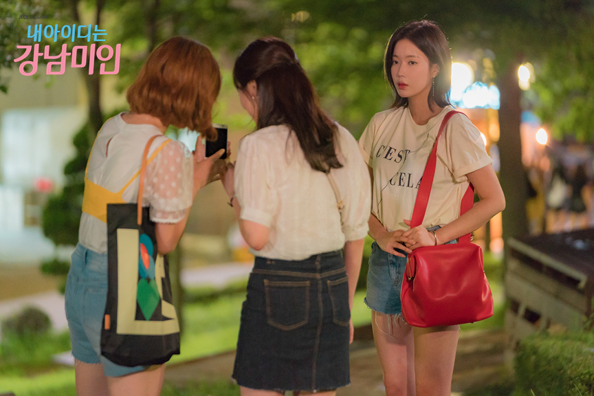 Kang Mi Rae from Gangnam beauty wearing a T-Shirt with the imprint C'EST CELA