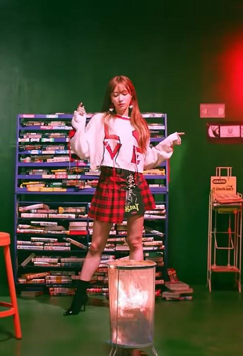 "EXID ""I Love You"" Hani Outfit – Festive Look"