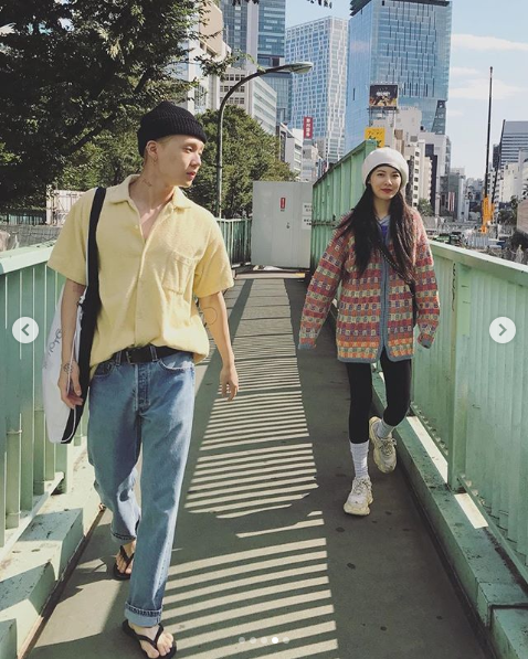 Hyuna wearing a coloured cardigan on the Date with E-Dawn
