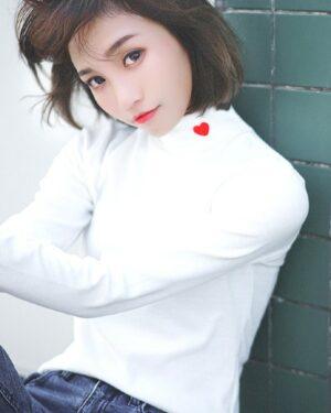 twice-nayeon-white-turtleneck-heart3