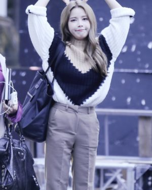 Loose Khaki Black Sweater | Solar – Mamamoo
