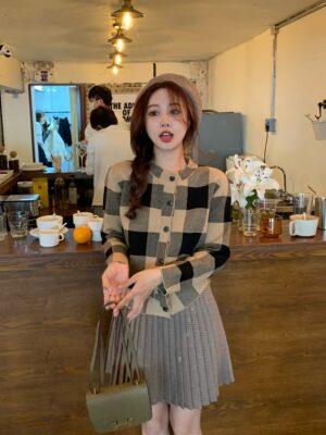 Kang Soo Jin – True Beauty Brown Checkered Knit Cardigan (11)